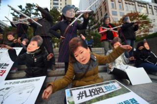 Trong mắt các đối thủ của Tổng thống Park, bà chỉ là một con rối chính trị