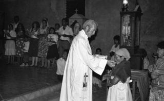 Joateca, Morazán, 31 de Diciembre 1991. Padre Rogelio Poncell oficiando la misa de medianoche donde se anuncia que la guerra se termina por acuerdo entre FMLN y el gobierno.