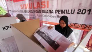 Warga mencoblos surat suara dari dalam bilik pada simulasi Pemilihan Umum 2019 di Desa Nagrak, Gunung Putri, Bogor, Jawa Barat, Sabtu (2/3/2019).