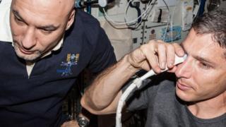 Examen de visión al astronauta Michael Hopkins en la Estación Espacial Internacional