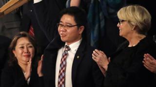 Ji Seong-ho es reconocido por los presentes en el recinto al ser destacado en el discurso de Donald Trump.