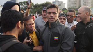 """Leopoldo López luego de su liberación a manos de lo que él describió como """"""""militares a la orden de la Constitución y del presidente Guaidó""""."""