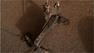 Nasa InSight probe: Mars 'mole' hits blockage in its burrow