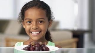 Niña con uvas.
