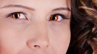 """العدسات اللاصقة """"يمكن أن تسبب فقدان البصر"""""""