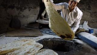 Приготовление лаваша в тандыре в Армении
