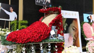 张国荣1997年演唱会的经典造型:西装配红色高跟鞋