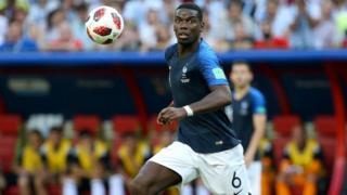 폴 포그바는 프랑스 대표팀 미드필더로 그의 형은 아프리카 기니 국가대표로 활약하고 있다