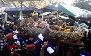Tibba kabaja ayyaanicha Baasaamitti Awuulaa TANOE Amoon mootichaa fi mucaa filatamtuun yoo batamaanii magaalaa Graand Baasaam keessa dababarfamu, Ivoorii koost 04, 2017.
