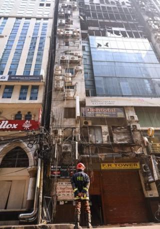 Aparat menyatakan beberapa pintu darurat terkunci di gedung FR Tower, menyebabkan orang-orang terjebak di dalam gedung