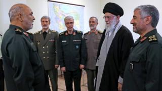 خامنئي ومجموعة من كبار القادة العسكريين في إيران
