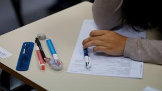 یہ اقدام 2016 میں ملک بھر میں امتحانات میں نقل کے واقعات سامنے آنے کے بعد اٹھایا جا رہا ہے۔ 2016 کے دوران پرچے انٹرنیٹ پر امتحان سے قبل اور اس کے دوران شائع کر دیے گئے تھے۔