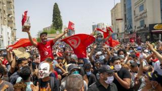 Тунисте миңдеген кишилер жекшембиде өкмөткө нааразачылык билдирип көчөлөргө чыгышты