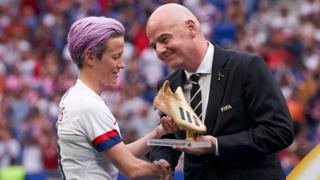 2019 여자 월드컵 시상식에서 메건 라피노에게 골든슈를 주는 인판티노 회장