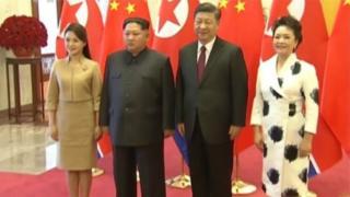 ચીનના ટીવીએ દર્શાવેલી બન્ને નેતાઓની તેમની પત્નીઓ સાથેની તસવીરો