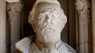 поврежденная статуя генерала Роберту Ли