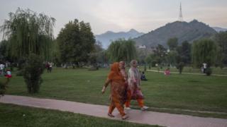 পার্কে বেড়াতে আসছেন ভারতশাসিত কাশ্মীরের লোকেরা
