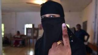 મતદાન કર્યા બાદ મુસ્લિમ મહિલાની તસવીર