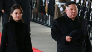 بنا به گزارش دولت کره شمالی، رهبر این کشور با همسرش ری سول-جو به چین رفته است