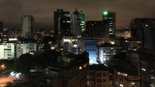 Imagem mostra prédios na Venezuela, à noite