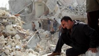 رجل سوري يبكي على منزله المدمر