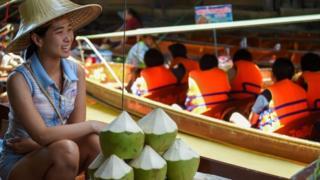 Người bán hàng chờ khách trên chợ nổi Thái Lan