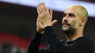 Huấn luyện viên Manchester City Pep Guardiola vui mừng sau khi giành chức vô địch Premier League