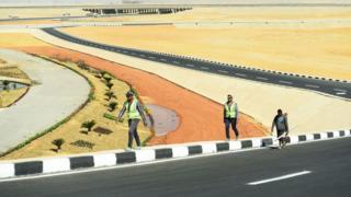 Obreros en la nueva capital administrativa de Egipto