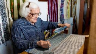 لوانا با پارچههایی که خودش میبافد، کیف و لباس درست میکند و در فروشگاه کوچکاش در خریستوس راشس میفروشد