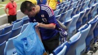 日本球迷把加油道具在赛后当成垃圾袋清理环境。