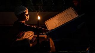 En fazla Müslüman'ın yaşadığı ülke olan Endonezya'da bir çocuk bayramı mum ışığında okuyarak karşıladı