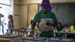 Woman wey back pikin dey vote for Zimbabwe election