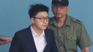 梁天琦(左)被押離收押所(11/6/2018)