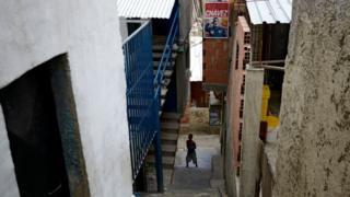 Un niño en el fondo de una escalera