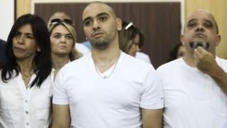 الورآزاریا به همراه والدینش در دادگاه