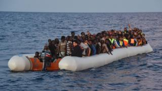 göçmen dolu bir şişme bot