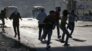 Les manifestants ont lancé des pierres sur les soldats israéliens qui ont riposté en tirant des balles en caoutchouc et des grenades lacrymogènes.