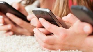 Девојчице на телефонима