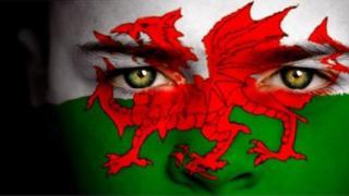 Baner Cymru ar wyneb person