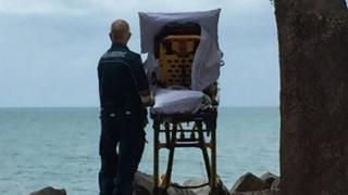 Mulher e paramédico na praia em Hervey Bay