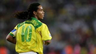 Ronaldinho Gaucho jogando pela seleção brasileira