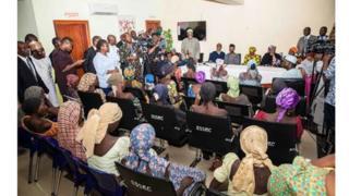 Dans le bureau du vice-président du Nigeria, les filles libérées jeudi 13 octobre 2016 par Boko Haram