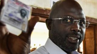 Rurangiranwa mu mupira w'amaguru George Weah ari imbere mu matora muri Liberia