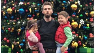 Michael Simpson com os filhos Alice e Jack