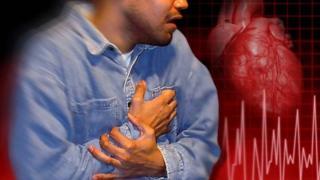شاب يضع يده على صدره من الألم
