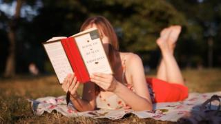 Дівчина з книжкою