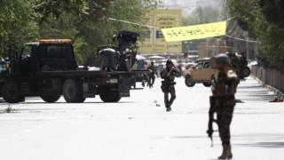 Forças de segurança na área onde ocorreram as duas explosões, em Cabul