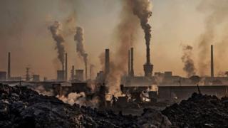 تلوث هواء ناتج عن مصنع للصلب في الصين.