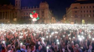 خبرنگار بی بی سی در بوداپست تعداد معترضان را حدود ۱۰۰ هزار نفر تخمین می زند