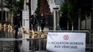 Пешеходы пробираются через затопленные улицы. Париж, 25 января 2018.